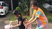 <p>Megangin Thalia yang lagi dibonceng, Sarwendah tetap nyaman pakai daster. (Foto: Instagram/ @thaliaputrionsu) </p>