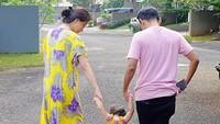 <p>Jalan bertiga bareng suami dan anak pakai daster? Hmm, boleh juga. (Foto: Instagram/ @thaliaputrionsu)</p>