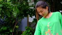 <p>Menemani anak main di luar rumah pakai daster? Siapa takut. (Foto: Instagram/ @thaliaputrionsu)</p>