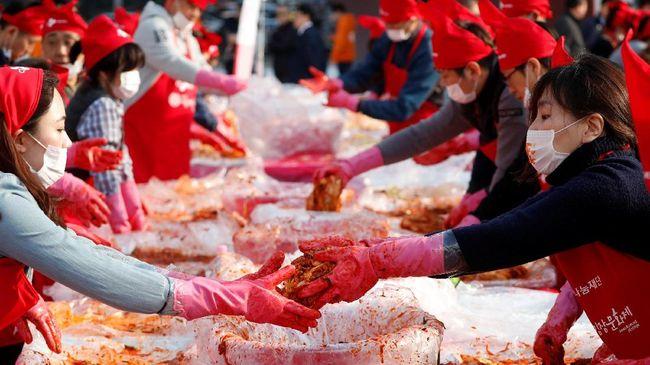 Sajian akrab dari Korea Selatan, Kimchi, bermanfaat untuk kesehatan. Mulai dari memperbaiki usus hingga meningkatkan daya ingat.