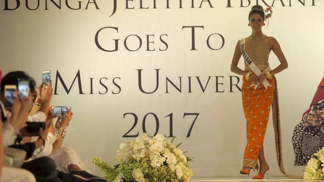Tampil beda dari kostum nasional Indonesia yang selalu bergaya karnaval membuat 'Save Orang Utan' yang akan dibawa ke Miss Universe 2017 menuai beragam reaksi.