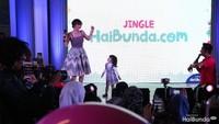 <p>Ada Gempi dan Gisel juga lho. Diputar juga video klip jingle HaiBunda yang dibintangi Gempi dan Mama Isel.</p>