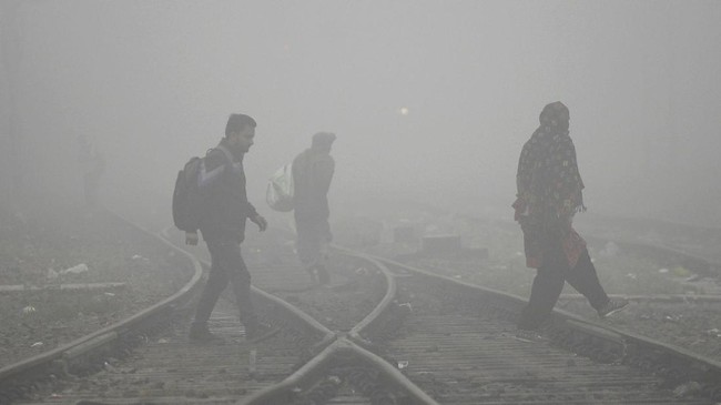 Warga New Delhi, India, bangun dengan asap yang mencekik pada Selasa pagi karena kualitas udara di kota berpolusi tinggi itu sudah mencapai tingkat berbahaya.