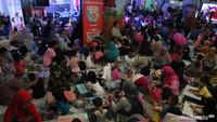 <p>Rame banget! Ratusan anak dan bunda berkolaborasi di lomba mewarnai. </p>