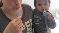 <p>Meskipun gigi anaknya baru satu, Bunda yang satu ini tetap mengajaknya gosok gigi. ( Foto: Instagram @nataliecompton91)</p>