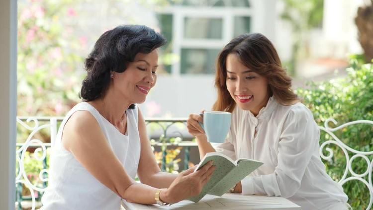 Apa yang kita lakukan ke suami selalu saja mendapat kritik dari ibu mertua. Duh, serba salah.
