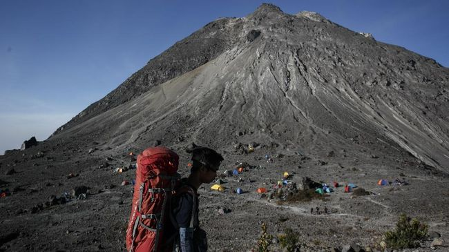 Masayrakat Yogyakarta diimbau menjauhi radius 5 kilometer dari puncak Gunung Merapi setelah mengalami letusan erupsi freatik pukul 7.23 WIB pagi, Jumat (11/5).