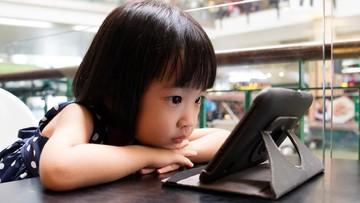 Saat Anak 'Mupeng' pada Postingan Temannya di Medsos