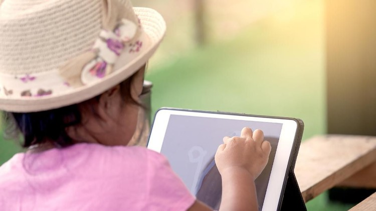 Bunda termasuk tim yang membolehkan atau melarang memberikan gadget untuk anak nih?