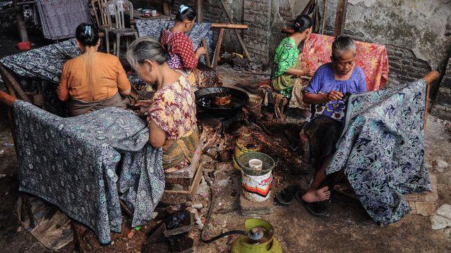 Hari Kartini lekat dengan batik. Sayangnya, setahun lebih dihantam pandemi, perayaan tahun ini dibayangi ambruknya 75 persen pengrajin batik di tanah air.