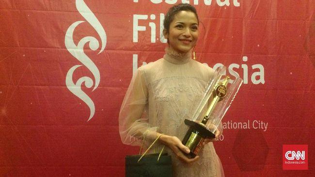 Putri Marino menyabet titel Pemeran Wanita Terbaik di Festival Film Indonesia 2017 lewat film debutnya, Posesif.