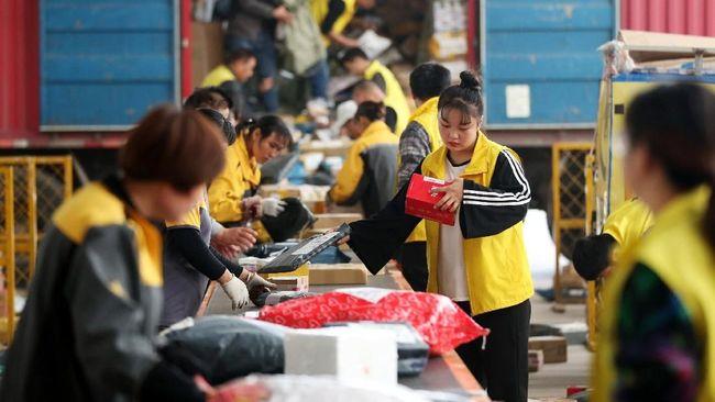 Bukan hanya barang-barang bermerek yang bisa didapatkan penduduk China saat Singles Day, tapi juga pesawat, stempel alis atau sebotol kentut.
