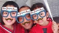 <p>Pose bareng pakai kacamata bertuliskan 'Aku Sayang Ayah' kayak gini kece juga. (Foto Instagram/dennasimamora)</p>