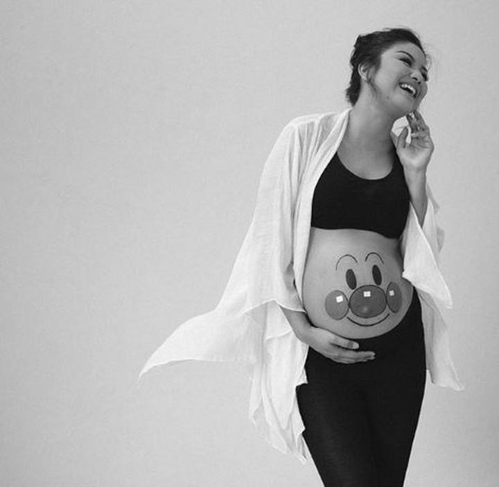 Di kehamilan yang makin besar dan kian mendekati hari persalinan, Zivanna Letisha semakin terlihat glowing.