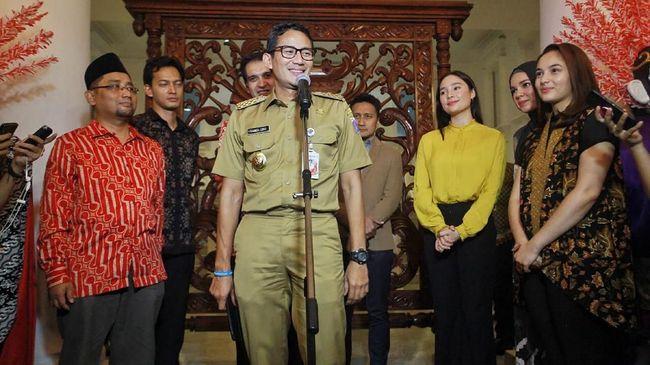 Wakil Gubernur DKI Jakarta Sandiaga Uno tak masalah Pergub baru yang mengatur cara berpakaian pejabat Pemprov DKI.  Dia akan pakai ikat pinggang.