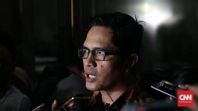 Tin Zuraida, istri mantan Sekretaris MA Nurhadi Abdurrachman dipastikan mangkir dari panggilan KPK dalam kasus dugaan suap Chairman PT Paramount Enterprise.