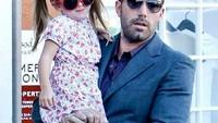 <p>Si 'Batman', Ben Affleck bersama putrinya. Dua-duanya pakai kacamata. Kompak banget! (foto: Instagram @benaffleck_)</p>