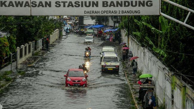 Sejumlah kawasan di Kota Bandung dan sekitarnya, tergenang banjir setelah diguyur hujan deras Minggu (25/10) siang hingga sore.