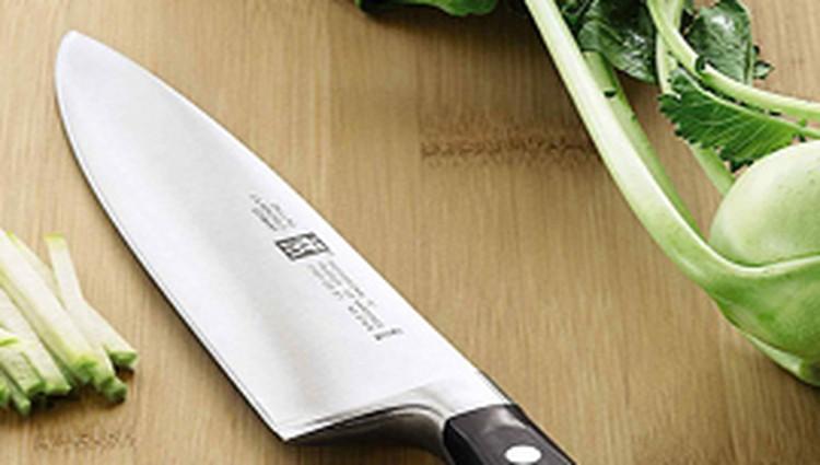 Mengasah pisau ternyata tidak harus menggunakan batu asah, cukup siapkan mug atau piring dari bahan keramik.