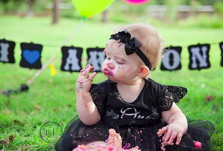 Bayi-bayi ini lakukan cake smash untuk rayakan ulang tahun. Mereka bebas makan dan ngacak-ngacak cake-nya. Cemong sih. Tapi lucu banget.