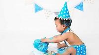 <p>Icing nempel di rambut dan kaki, bayi ini tetap serius sama cake-nya. (Foto: Instagram/ @bumblebboutique) </p>
