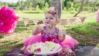 <p>Sumringahnya gadis cilik ini bisa makan cake 'sesuka hati'. He-he-he. (Foto: Instagram/ @monica_taylor_photography) </p>