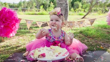 Cemong-Cemong Lucu! Momen Saat Bayi Lakukan Cake Smash