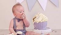 <p>Serius banget ya bayi yang satu ini melahap cake-nya. (Foto: Instagram/ @leannehandreckphotography)</p>