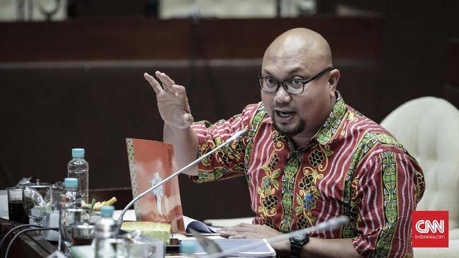 komisioner KPU, Ilham Saputra mengikuti rapat dengar pendapat dengan Komisi II DPR di Kompleks Parlemen, Senayan, Jakarta, Selasa, 21 November 2017. Rapat tersebut membahas revisi Peraturan KPU (PKPU) tentang syarat dukungan calon perseorangan (indipenden) serta membahas Peraturan Bawaslu (Perbawaslu). CNNIndonesia/Adhi Wicaksono.