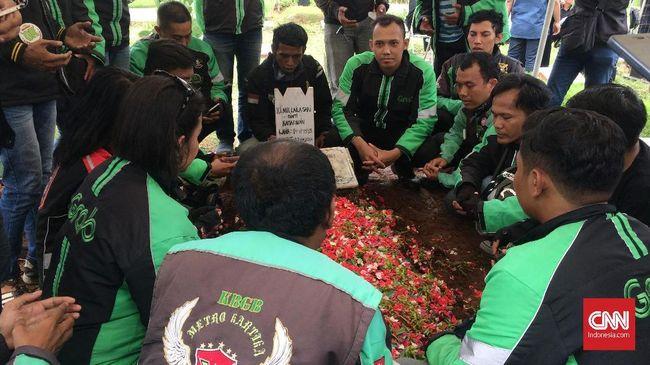 Kalau biasanya pejabat pakai kawalan polisi, ambulans yang membawa jenazah Laila Sari dari Jakarta Barat diantar ojek online ke TPU Karet Bivak.