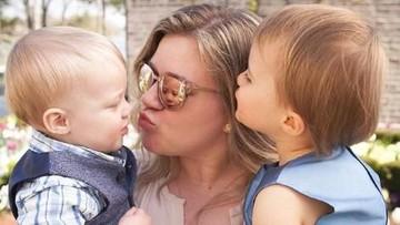 Aih, Menggemaskannya Tingkah Anak Perempuan Kelly Clarkson