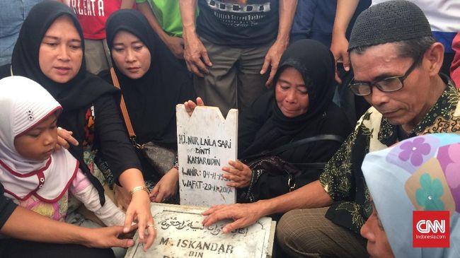 Laila Sari kembali bersatu dengan suaminya. Ia dimakamkan di liang lahad yang sama dengan sang suami, di TPU Karet Bivak, Jakarta Pusat, Selasa (21/11).