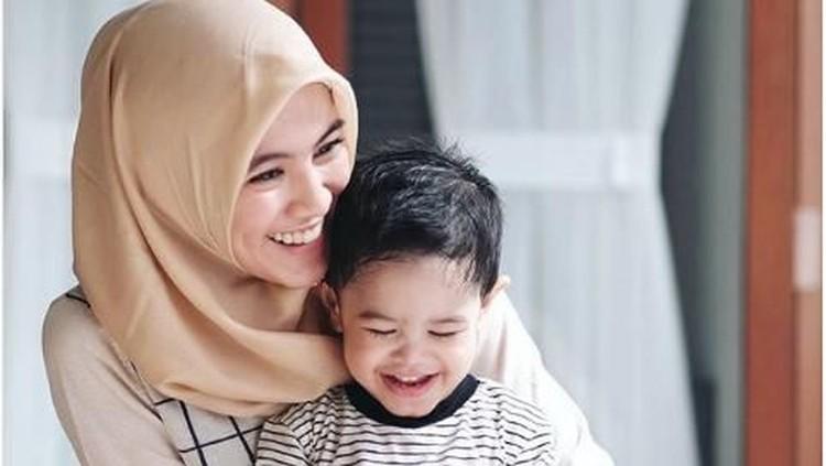 Alysaa Soebandono punya cara nih untuk mengajak anaknya mau makan bersama keluarga. Bunda bisa menerapkannya juga du rumah lho.