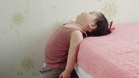 <p>Yuli kayaknya ngantuk banget, sampai ketiduran pas berdiri gini. Hi-hi-hi. (Foto: Instagram @1004yul_i)</p>