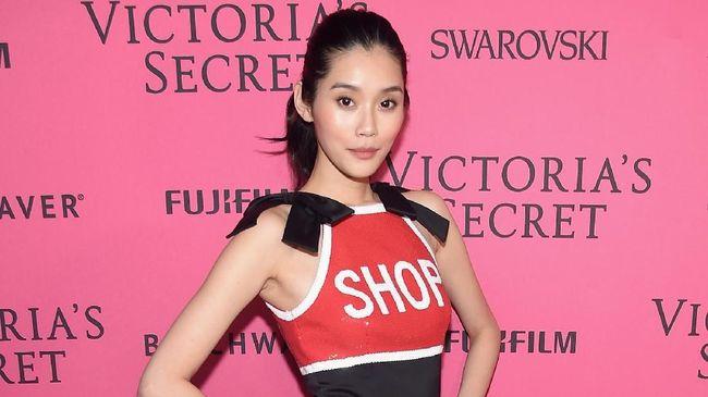Ming Xi menangis di belakang panggung. Ia lalu meminta maaf atas insiden jatuh dan berterima kasih atas dukungan Victoria's Secret Angels yang menenangkannya.