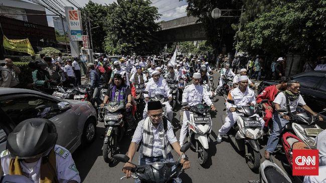 Peserta Aksi 2411 melakukan unjuk rasa dengan  melakukan long march dari kantor DPP Partai Nasional Demokrat menuju Bareskim Polri, Jakarta, Jumat, 24 November 2017. aksi tersebut mendesak aparat penegak hukum agar menangkap anggota DPR fraksi Partai Nasional Demokrat (Nasdem), Viktor Laiskodat yang diduga telah mengucapkan ujaran kebencian. CNNIndonesi/Adhi Wicaksono.