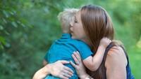 <p>Pelukan bunda bisa jadi sumber ketenangan dan kekuatan seorang anak dalam menghadapi dunia. (Foto: Instagram/ @amberleilaniphotography) </p>