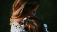 <p>Walaupun diambil dari atas, foto ini jelas menunjukkan kalau pelukan bunda pasti bisa membuat si kecil tenang. (Foto: Instagram/ @annabis_photography) </p>