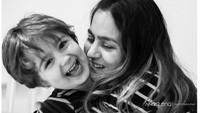 <p>Memang, berpelukan sama bunda bisa jadi sumber kebahagiaan buat anak. (Foto: Instagram/ @anaelenaphotography) </p>