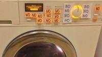<p>Begini jadinya kalau bunda pergi keluar rumah sebentar. Berbagai 'catatan' pun 'bertengger' di mesin cuci. (Foto: Facebook/ Muddled Up Mummy)</p>