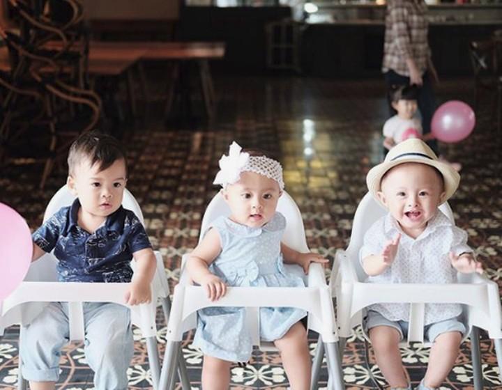 Si kembar anak pasangan selebriti Cynthia Lamusu dan Surya Saputra baru saja ulang tahun lho. Sudah setahun nih umurnya.