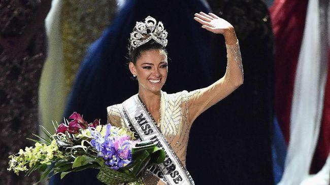 Menyisihkan 91 wanita cantik dari berbagai negara di dunia, Demi-Leigh Nel-Peters asal Afrika Selatan berhasil membawa pulang mahkota Miss Universe 2017.