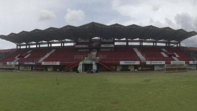 Kondisi rumput lapangan di Stadion I Wayan Dipta Gianyar berselimut tipis abu vulkanik setelah status waspada Gunung Agung.