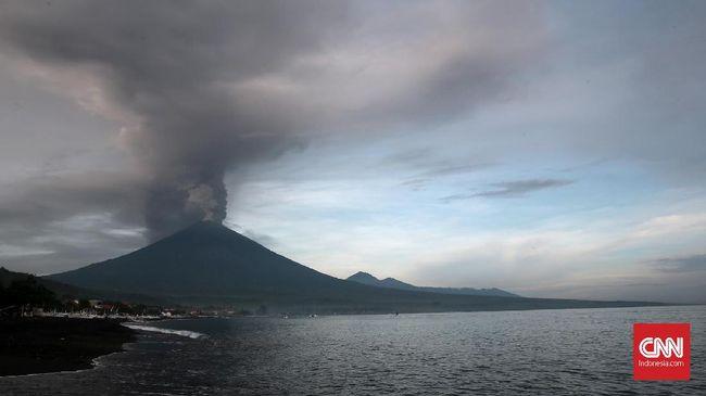 Gunung Agung kembali erupsi sekitar pukul 07.59 WITA tadi. BNPB menyatakan erupsi sesaat yang terjadi itu tak membuat bandara Ngurah Rai dan Lombok ditutup.