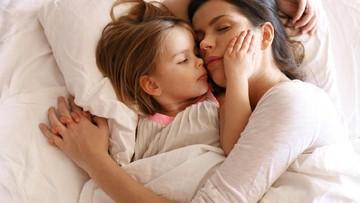Menyikapi Anak yang Maunya 'Nempel' Terus Jelang Tidur