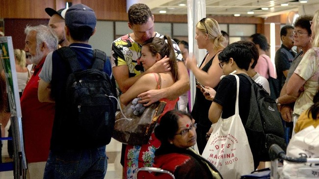 Ribuan wisatawan tak bisa meninggalkan Bali setelah Gunung Agung erupsi dan mengeluarkan abu vulkanik yang menyebab penerbangan sukar dilakukan.