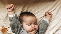 <p>Gemes banget! Pas ngulet begini dagu sama leher bayi ini bisa nyatu gitu. Hi-hi-hi. (Foto: Instagram/ @saffronbells) </p>