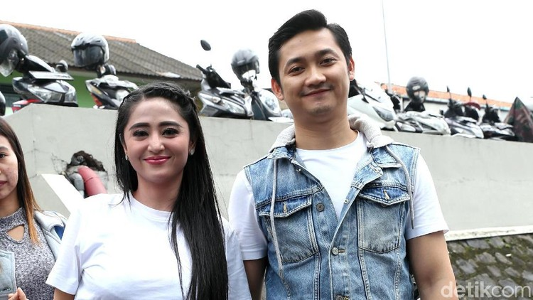 Dewi Perssik merayakan ulang tahun pernikahan yang ke-1. Dia menceritakan seperti apa sosok sang suami, Angga Wijaya.