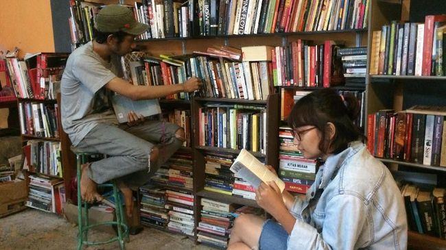 Menyewa sebuah rumah di Yogyakarta, Tomi Wibisono membukan perpustakaan Rumah Kata. Bukan hanya untuk anak punk, tapi terbuka untuk umum.