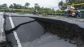 Jalan di Jalur Selatan Jateng Ambles Sedalam 4 Meter